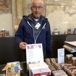 Nijs en andere vrijwilligers in de Lebuinuskerk verkopen ze ook